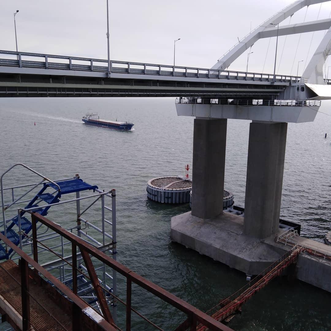 Очевидно, с одной из опор моста возникли проблемы / фото twitter.com/KrimRt