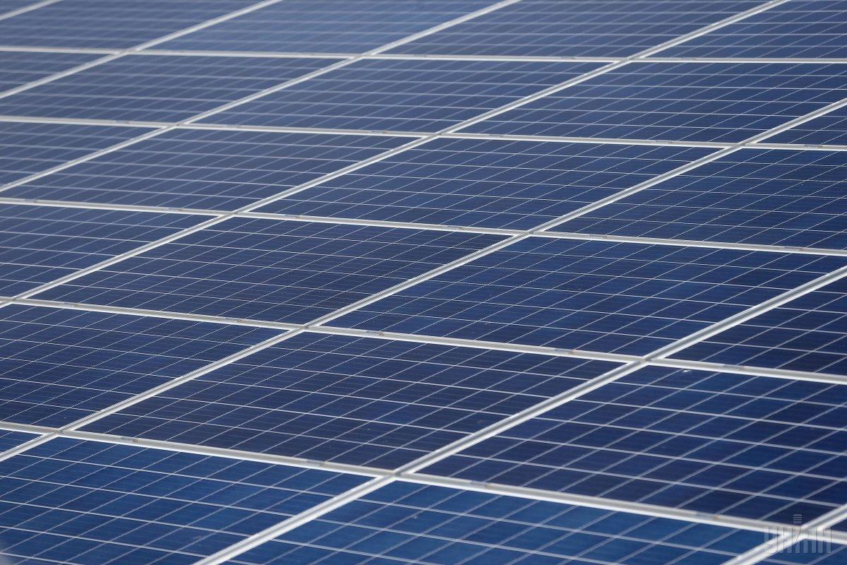 Украинцы устанавливают солнечные электростанции / фото УНИАН
