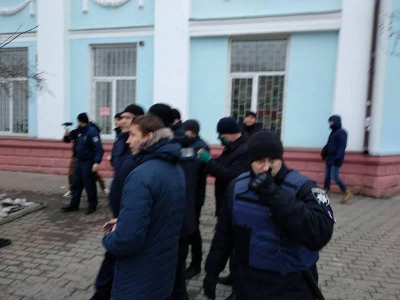 """Активисты заблокировали вход икандидат впрезиденты от """"Оппоблока"""" попасть внутрь здания несмог / Тwitter «Х.Бердянск»"""