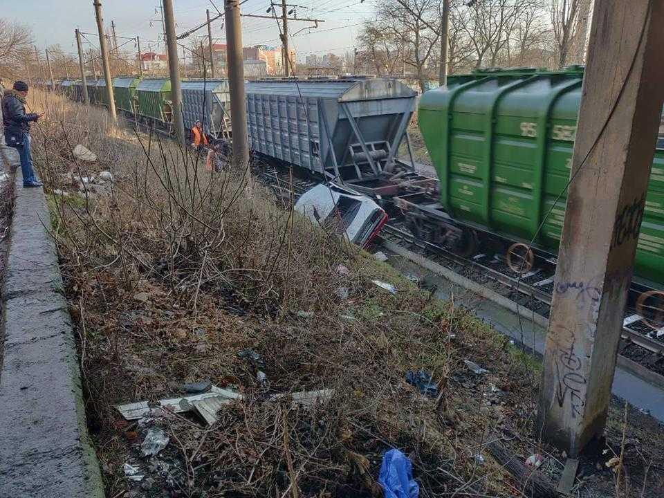 Иномарка «слетела» под поезд / фото УНИАН