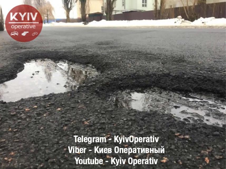 """Асфальт продержался ровно 55 дней"""" / facebook/KyivOperativ"""
