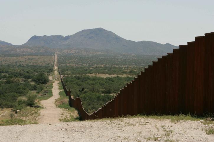 Пентагон збирається протягнути на кордоні 240 км колючого дроту / фото pixnio.com