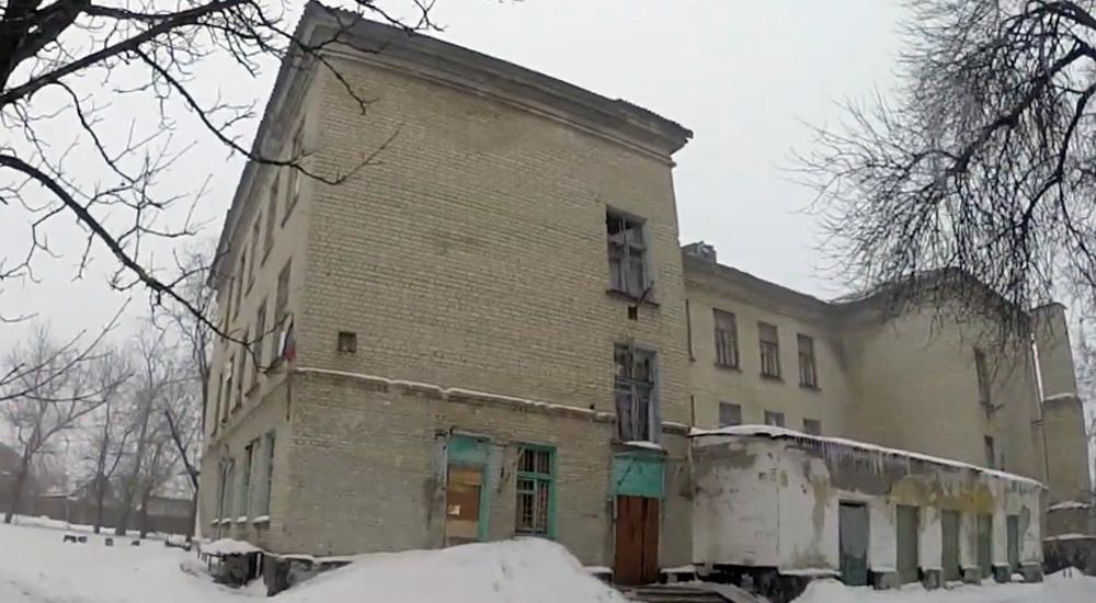 """Школа № 74не работает, но, несмотря на это, – на здании висит флаг «ДНР» / """"Донецкие новости"""""""