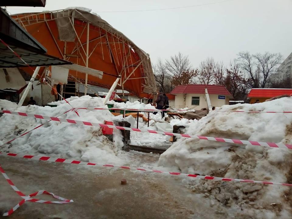 В Харькове на рынке обвалился торговый павильон / фото objectiv.tv