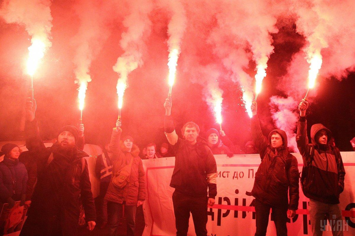 Activists lit about 10 flares amid the rally / Photo from UNIAN