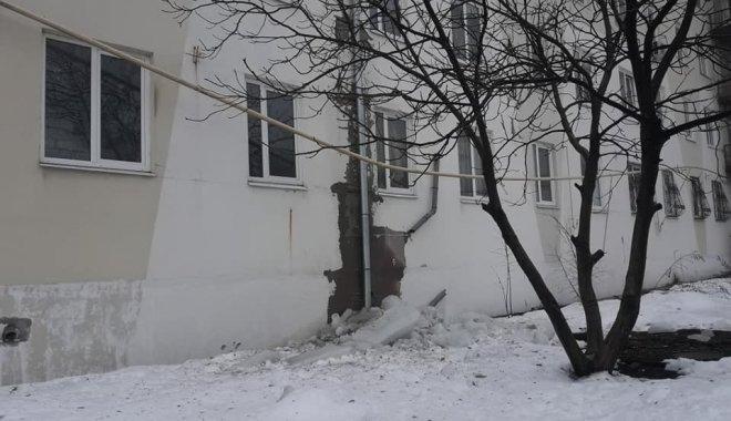 Упавшая сосулька оставила дом без газа / фото Н.Божко