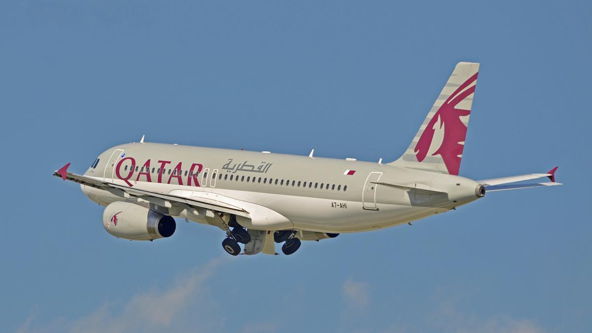 Экипажи Qatar Airways начнут носить защитные костюмы во время полетов \ Wikimedia Commons