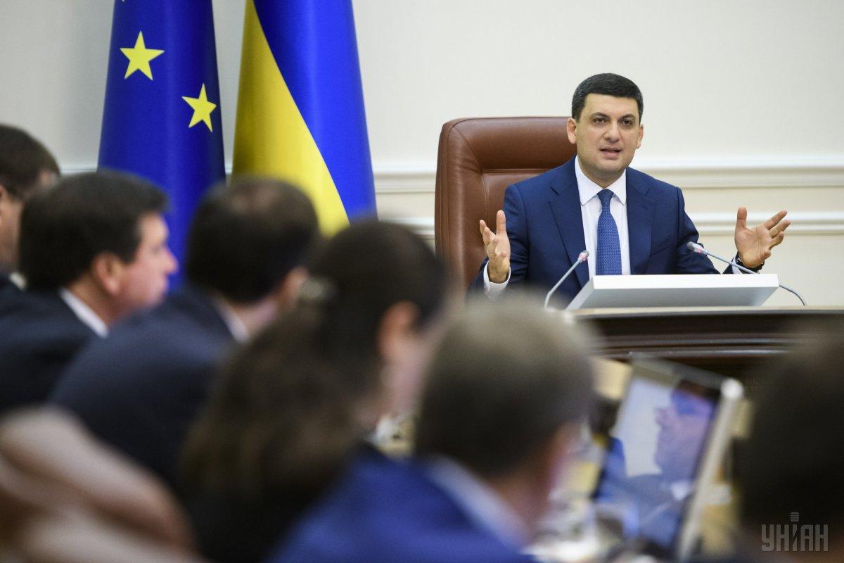 Гройсман признал, что украинцам выплачивают  вдвое менее , чем должны