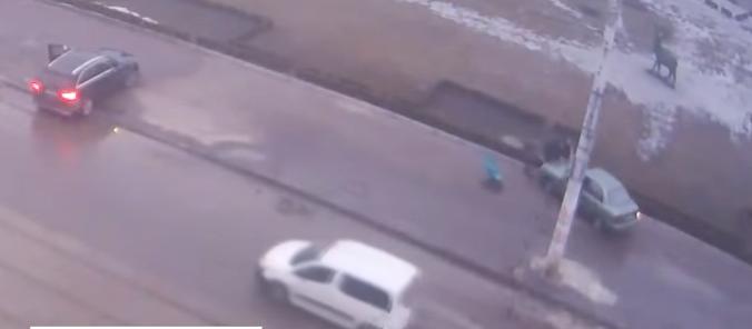 Авто наїхало на жінку / скрІншот