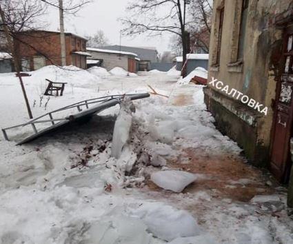 Также повреждена дверь в подъезд / фото facebook.com/h.saltovka
