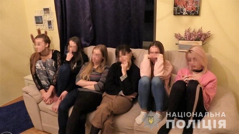 До складу злочинної групи входила жінка, яка завербовувала дівчат та проводила з ними співбесіди / фото прес-служба поліції Києва