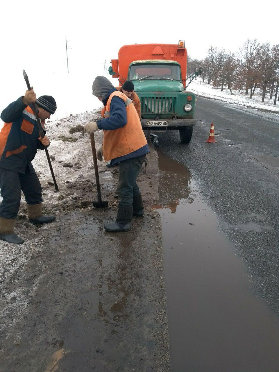 На дорогах Харьковщины проводились работы по водоотведению / фото kh.depo.ua