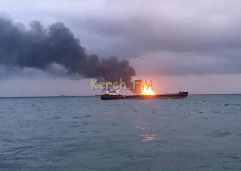 Хвилі в районі, де знаходяться танкери, досягають 3,5 метрів/ фото Керч.фм