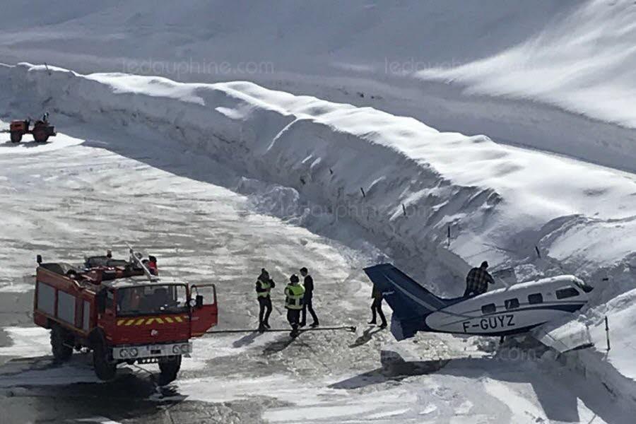 Самолет врезалсяв снежный сугроб в конце взлетно-посадочной полосы / фото Dauphine liberе