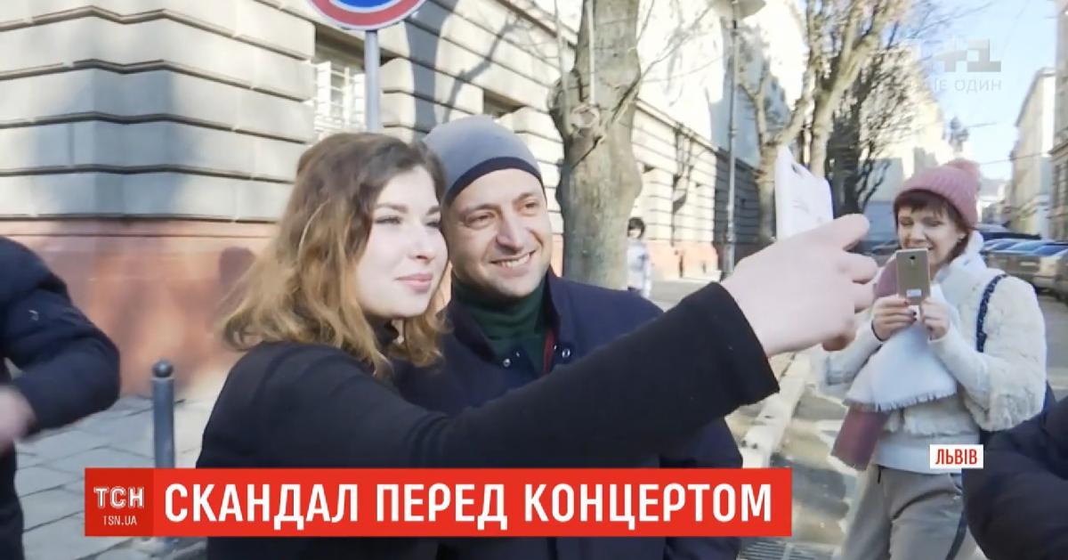 Львів'яни з радістю фотографувалися з шоуменом/скріншот