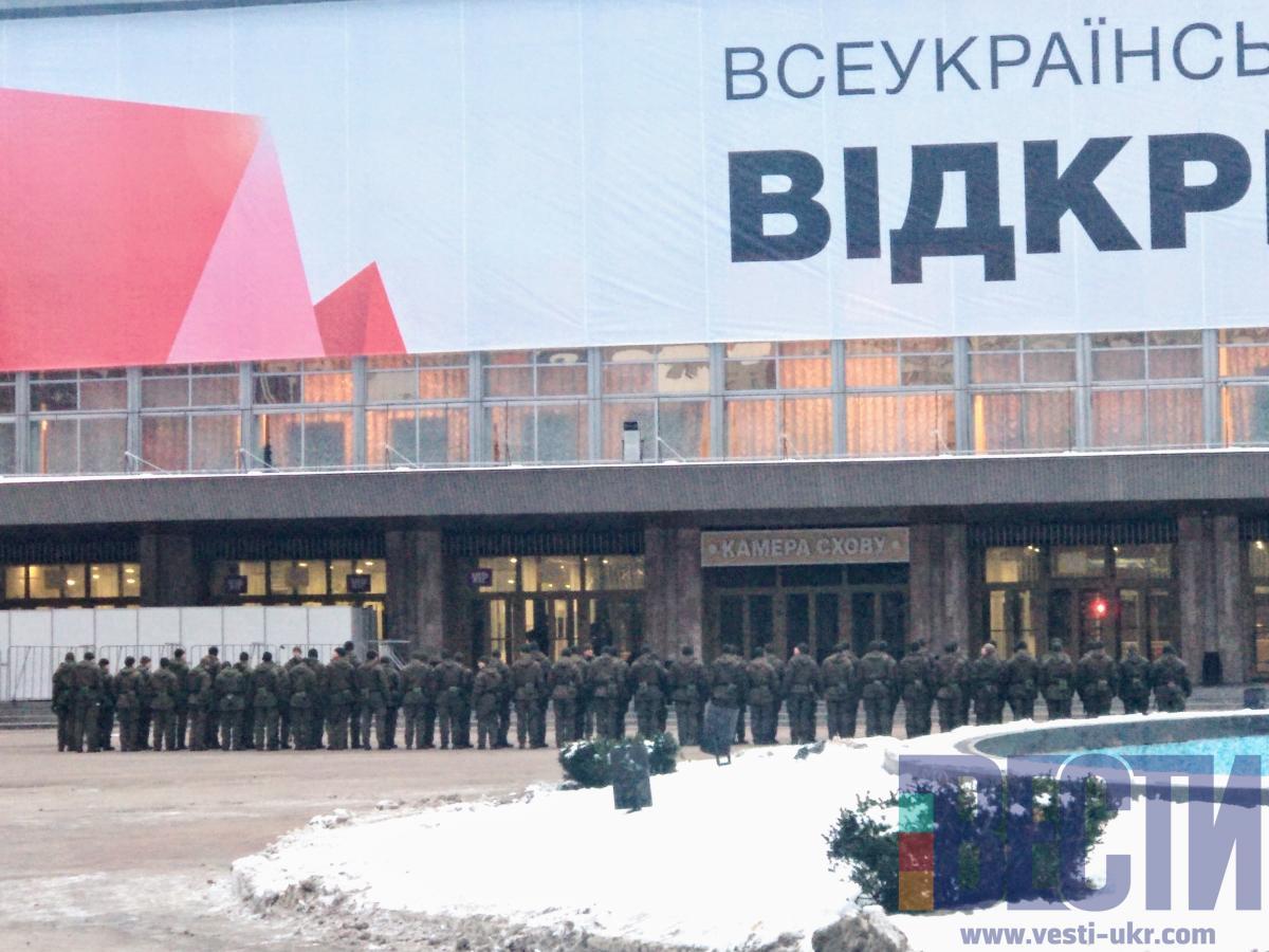 """Перед будівлею """"Палацу спорту"""" проходять побудови військових біля входу/ фото vesti-ukr.com"""