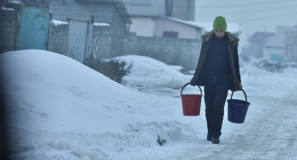 Очевидці вичерпували спирт відрами на місці ДТП зі спиртовозом / фото ru.sputniknews.kz