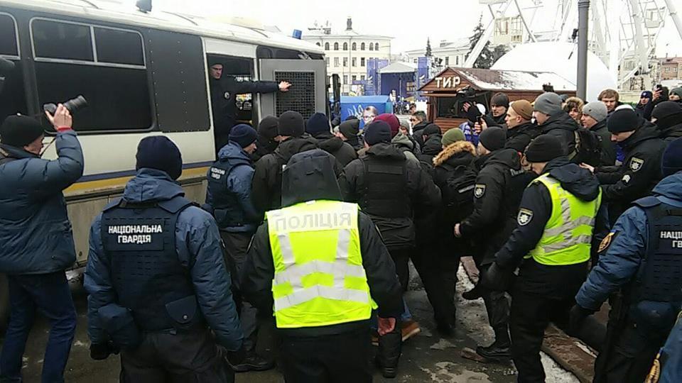На Контрактовой площади в Киеве правоохранители задержали активистов / фото facebook.com/Сергій Мазур