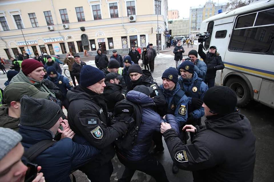 """9 лютого поліцейські затримали і побили активістів ініціативи """"Хто замовив вбивство Каті Гандзюк?"""" / facebook.com/Сергій Мазур"""