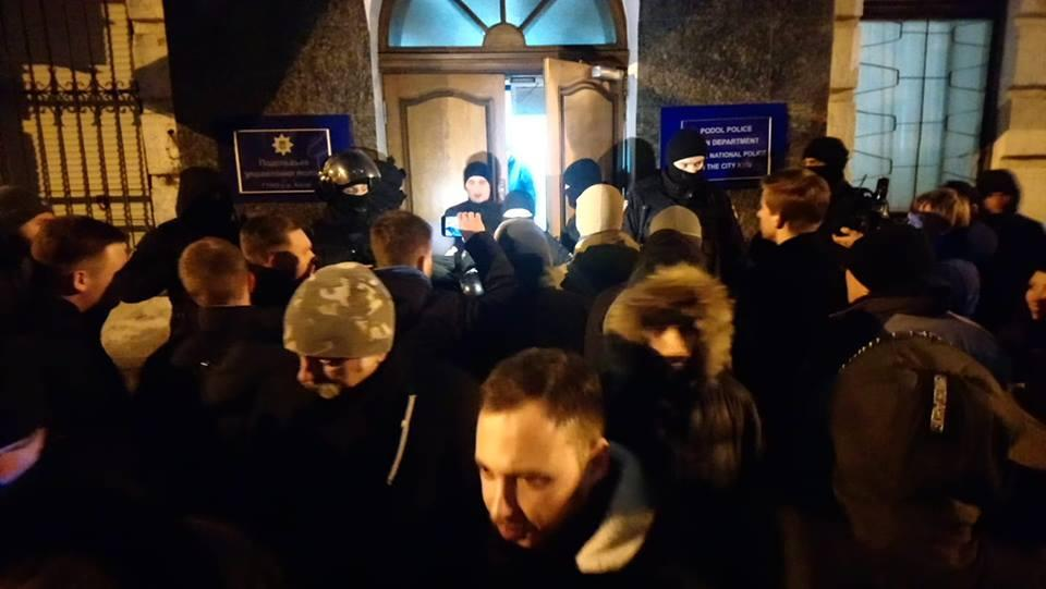 Активисты дежурят под отделом полиции / фото Viktor Kruk Facebook