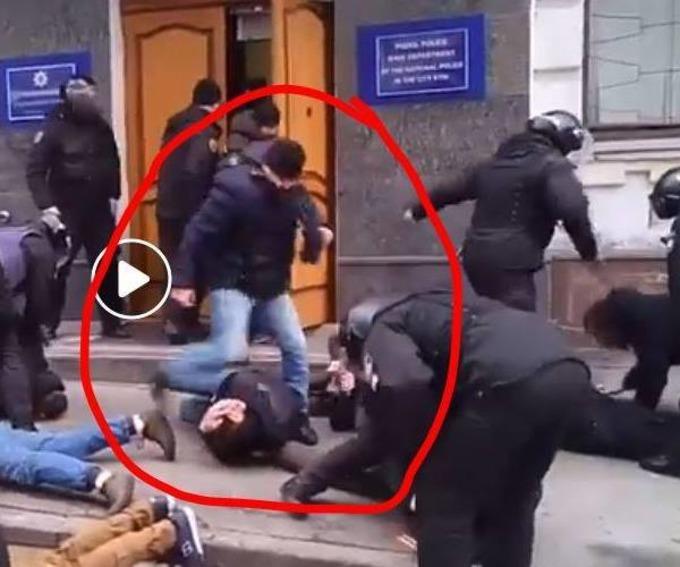 Мельников бьет ногой активиста, который лежит на земле / фото facebook.com/romabra