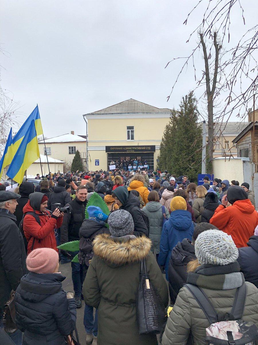 У Києві кілька сотень людей прийшли до будівлі суду, щоб підтримати Супрун / фото twitter.com/vital_ovchar