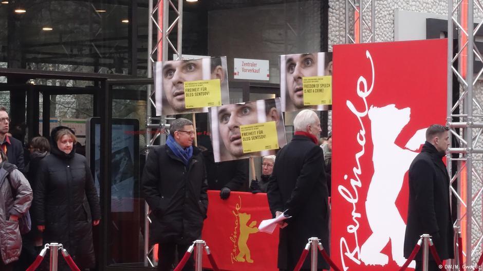 """Активисты держали плакаты с лозунгом """"Free Oleg Sentsov""""/ фото DW"""