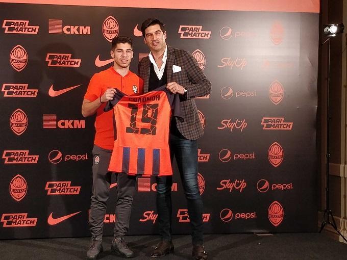Соломон получил от Фонсеки футболку с 19-м номером / sport.ua