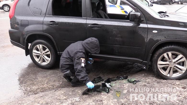 Двоє чоловіків у масках заблокували авто з водієм / фото kyiv.npu.gov.ua