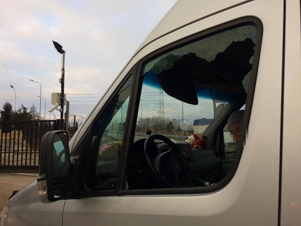 Правоохранители разбили окно в машине / фото пресс-служба ГПСУ