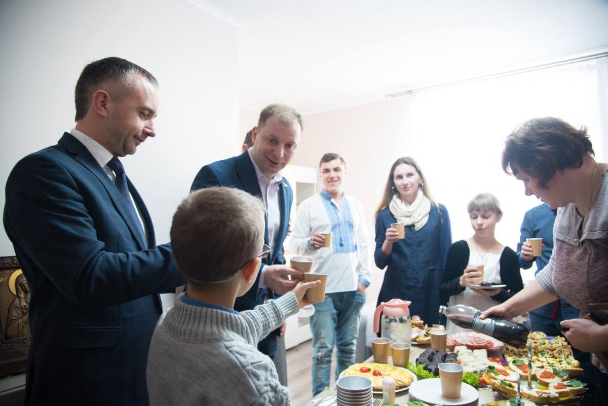 Привітав Пекара із новосіллям голова Тернопільської ОДА Степан Барна \ фото: прес-служба ТОДА