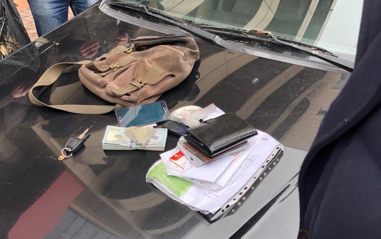 ДБР затримали двох осіб під час одержання 9 тис. доларів / фото dbr.gov.ua