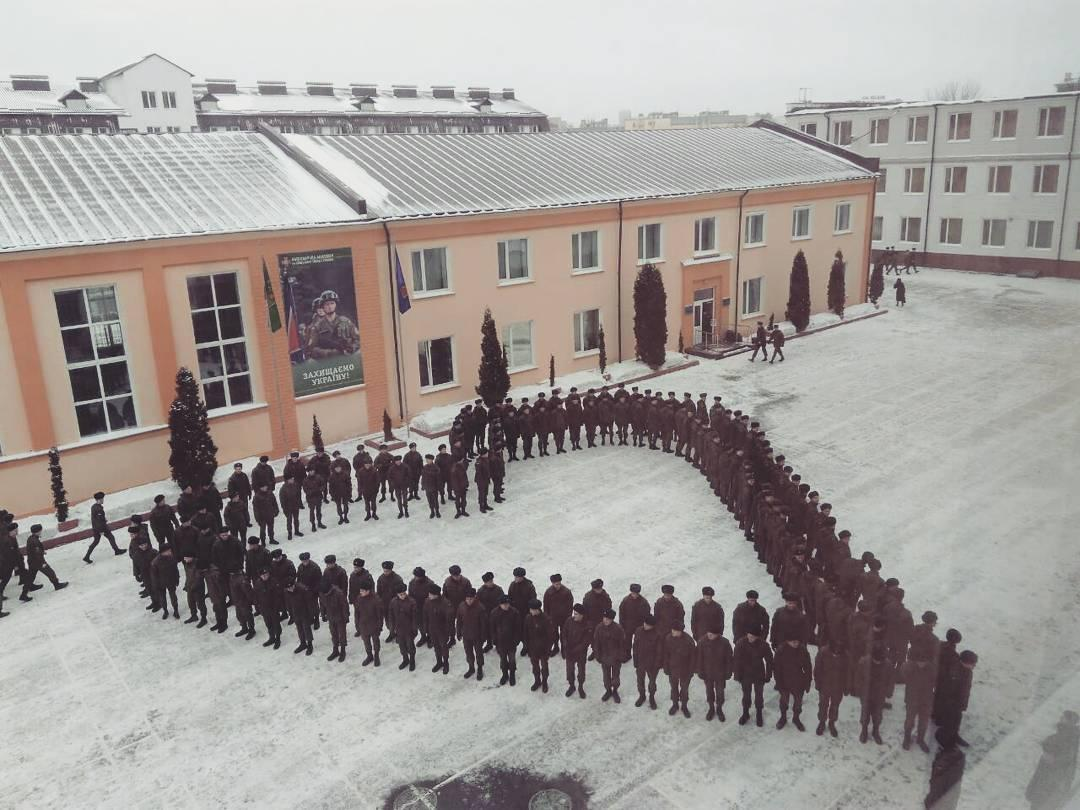 У Харкові курсанти провели флешмоб / фото facebook.com/officialnangu