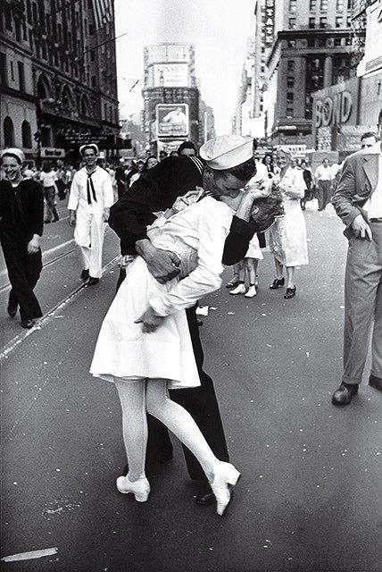 На снимке Мендонса целует Грету Фридман. Она умерла в 2016 году в возрасте 92 лет /twitter.com/WWIIPhoto