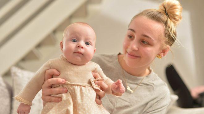 Британка родила дочку ровно в срок\ \ SWNS