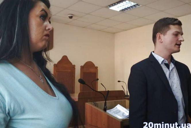 Анна Хасан та її адвокат Ростислав Небельський згуртували довкола себе інших батьків, які тепер вирішили більше не платити сумнівну плату. (Фото: 20minut.ua)