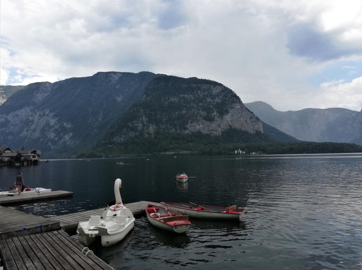 У Гальштатідуже популярні прогулянки на човнах по озеру / Фото Марина Григоренко