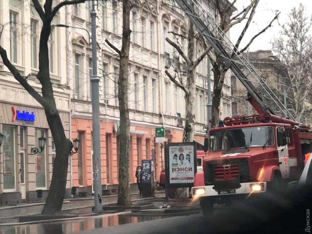 """В 7:08 пожежу локалізували, а о 8:00 загасили / фото """"Думская"""""""