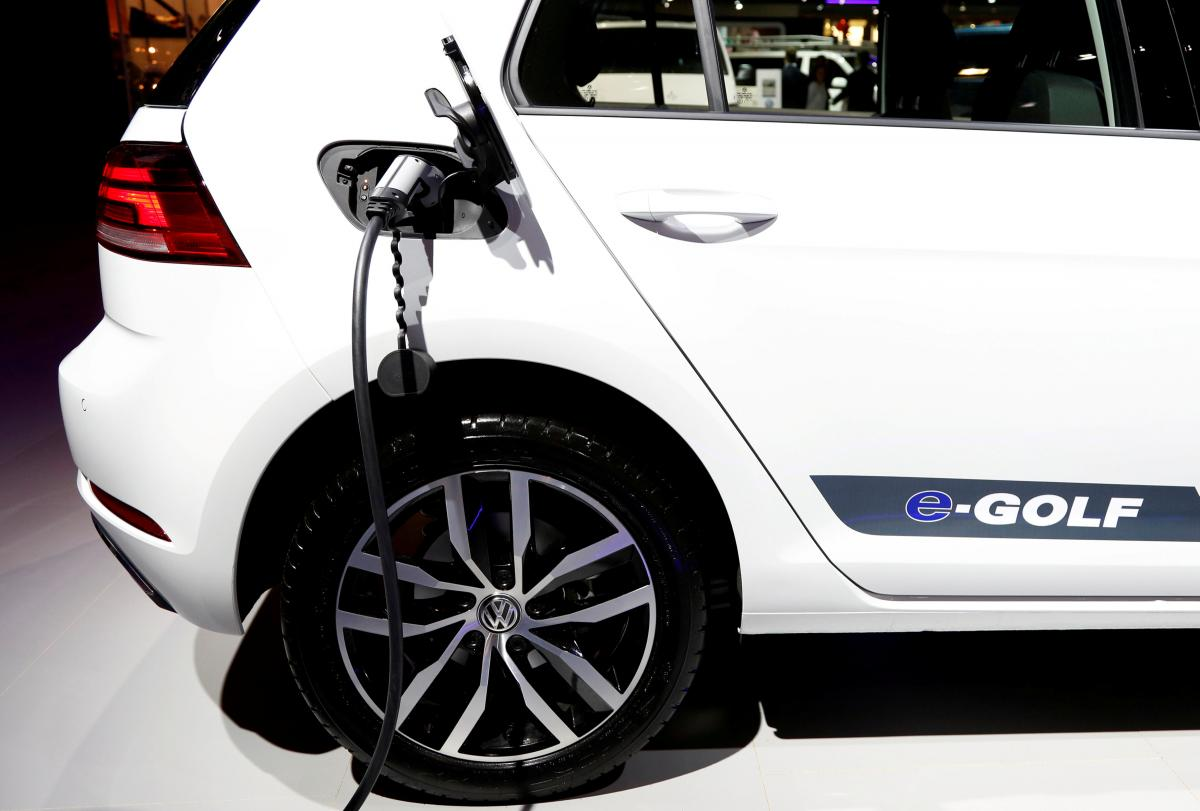 Доля электрокаров в общем объеме проданных в прошлом году пассажирских автомобилей составила 5% / Иллюстрация REUTERS
