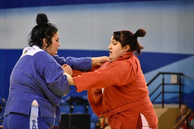 Анастасия Сапсай (справа) заняла первое место в супертяжелой категории среди женщин / sambo.net.ua