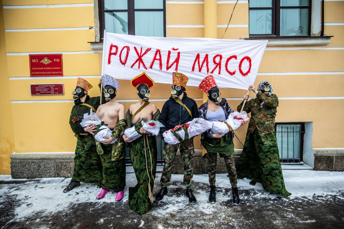 Феминистки провели акцию ко Дню защитника отечества в РФ / фото Давид Френкель