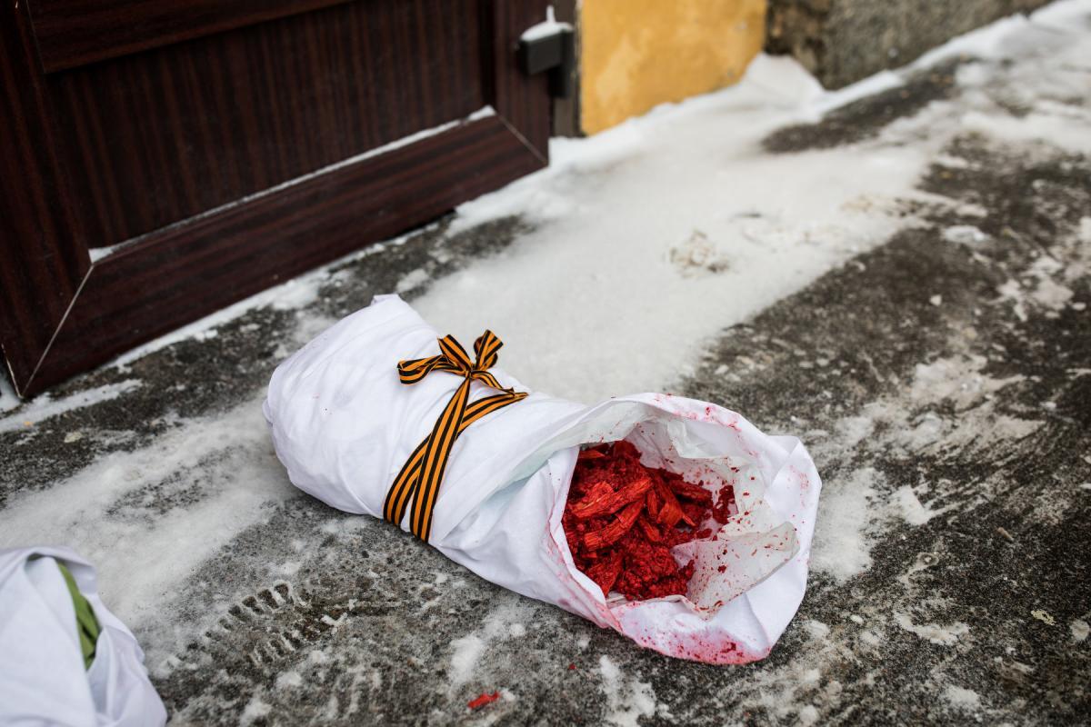 Активистки принесли к зданию свертки, в которых под видом младенцев находилось сырое мясо / фото Давид Френкель