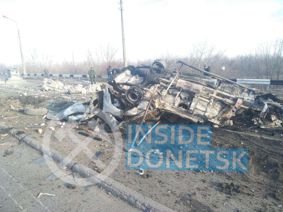 Взрыв произошел в момент, когда водитель микроавтобуса выехал на грунтовую дорогу / фото Telegram-канал Inside Donetsk