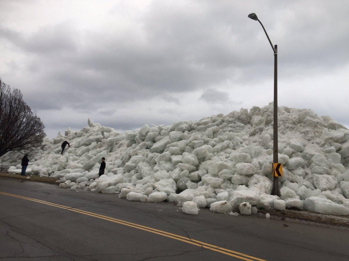 Шторм приніс брили льоду на узбережжі Канади / twitter.com/CodyLaw1