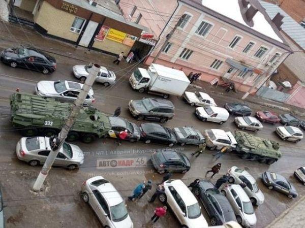Два БТР зажали между собой сразу четыре легковых автомобиля / фото kurskcity.ru