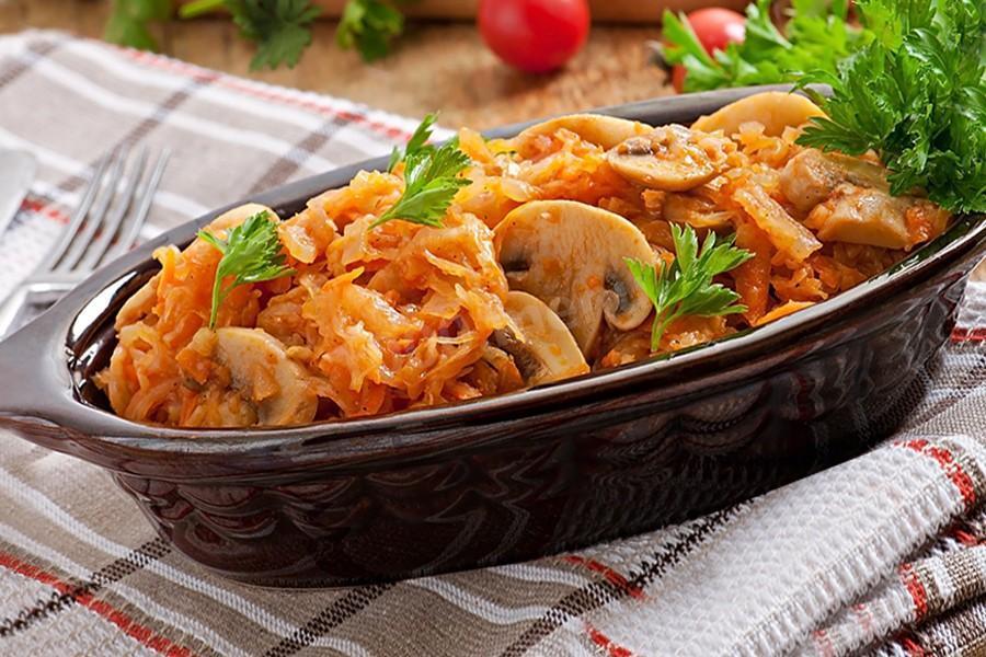 Как приготовить тушеную капусту с грибами / фото 1000.menu