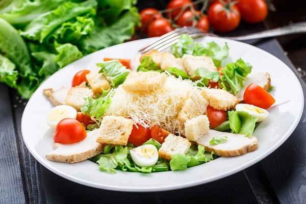 Рецепт салата Цезарь на новогодний стол / фото простые рецепты