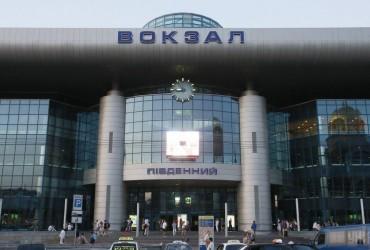 Разбило голову пассажиру: в Киеве на вокзале отвалилась плитка (видео)
