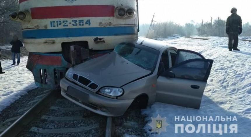 На Харьковщине водитель легковушки влетел под поезд: мужчина погиб (фото)