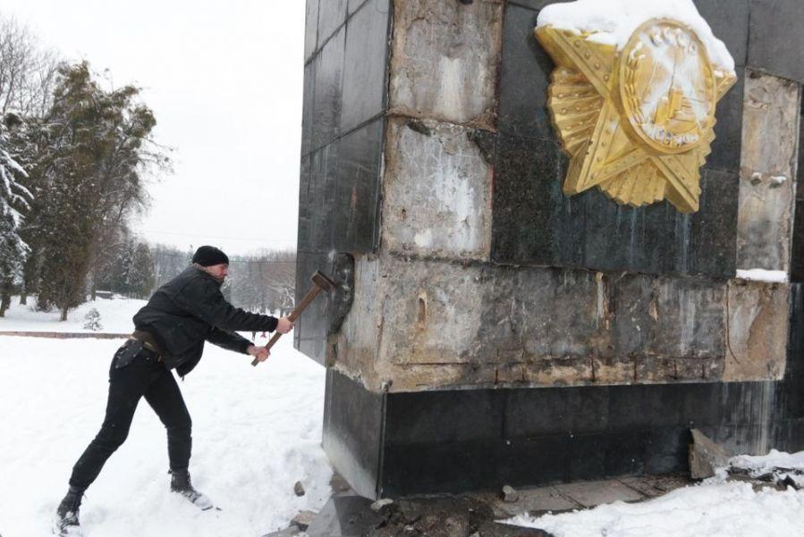 Наблюдают за демонтажем стелы представители Добровольческого движения ОУН / фото Zaxid.nеt.